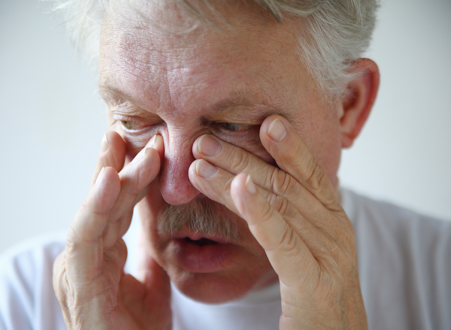 man-shows-allergy-symptoms